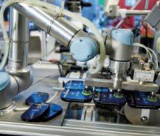事例:医薬品搬送装置:ユニバーサルロボット(協働ロボット)